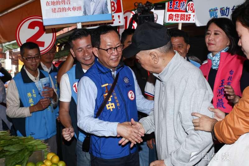 國民黨台北市長候選人丁守中(左三)今掃街拜票時,承諾將恢復重陽敬老金。(資料照,蔡親傑攝)