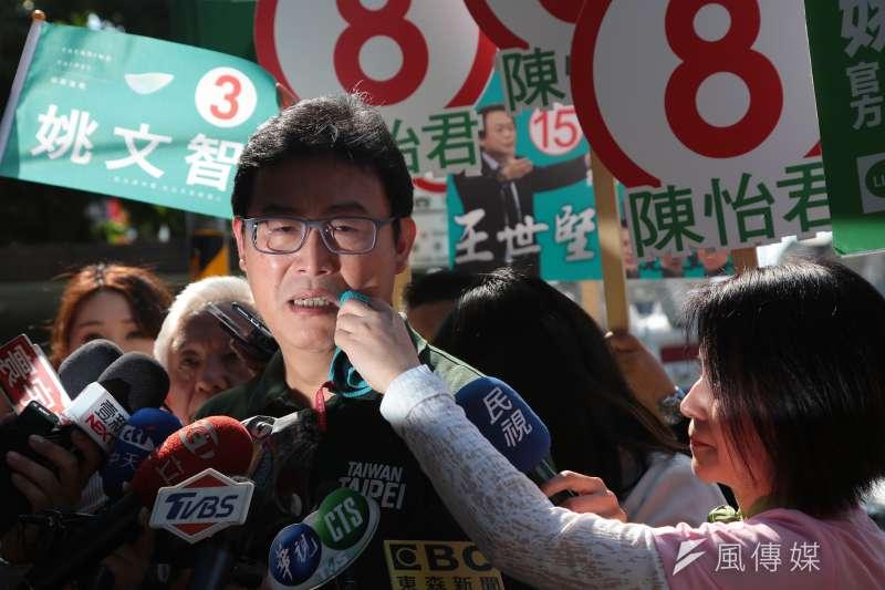 民進黨台北市長候選人姚文智與妻子潘瓊琪15日一同至大龍市場掃街拜票,於現場接受媒體聯時落淚。(顏麟宇攝)
