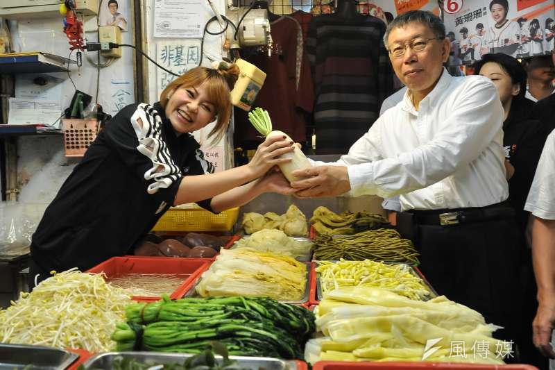 20181115-台北市長候選人柯文哲至湖光市場掃街,民眾送上蘿蔔。(甘岱民攝)
