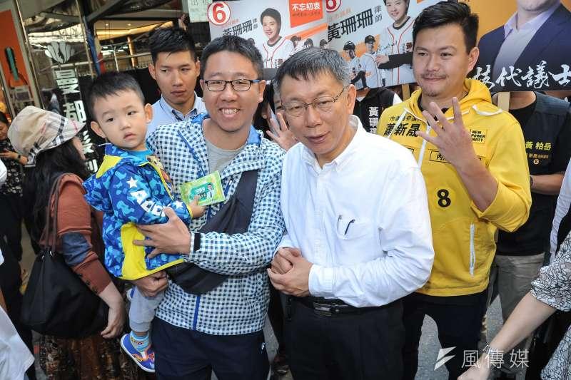 20181115-台北市長候選人柯文哲至737巷掃街,熱情民眾上前合影。(甘岱民攝)