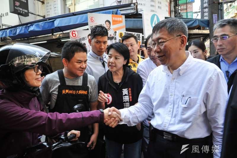 20181115-台北市長候選人柯文哲至737巷掃街,與騎車經過的民眾握手。(甘岱民攝)