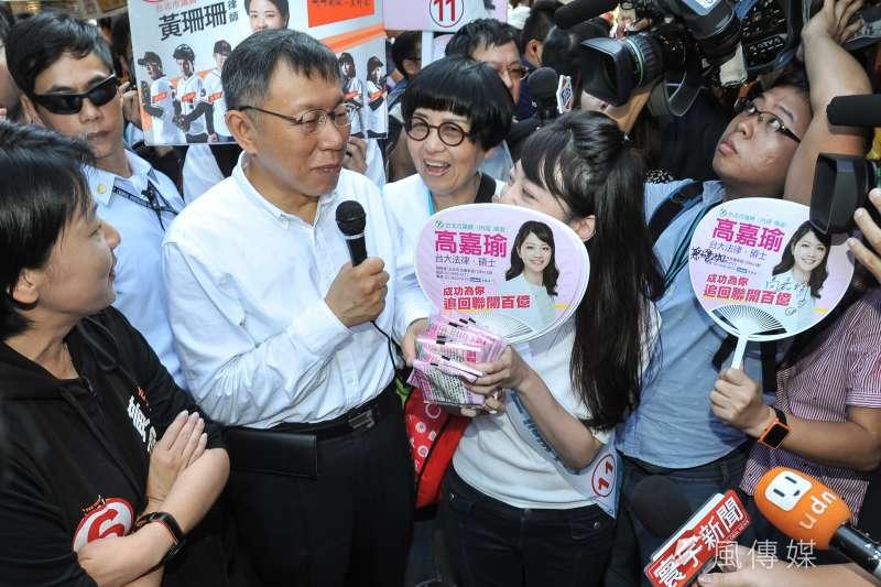 20181115-台北市長候選人柯文哲至737巷掃街,巧遇市議員候選人高嘉瑜。(甘岱民攝)