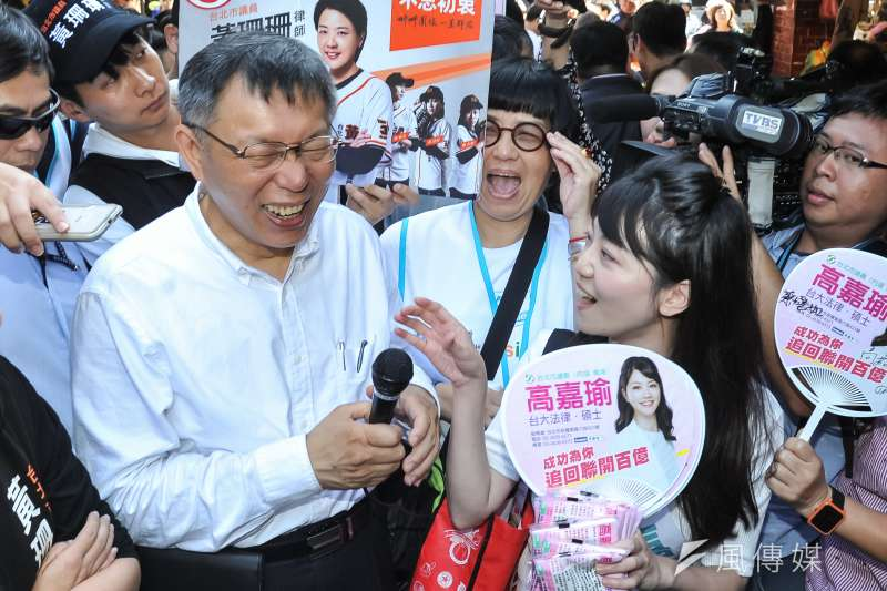 台北市長候選人柯文哲至737巷掃街,巧遇民進黨北市議員候選人高嘉瑜。(甘岱民攝)