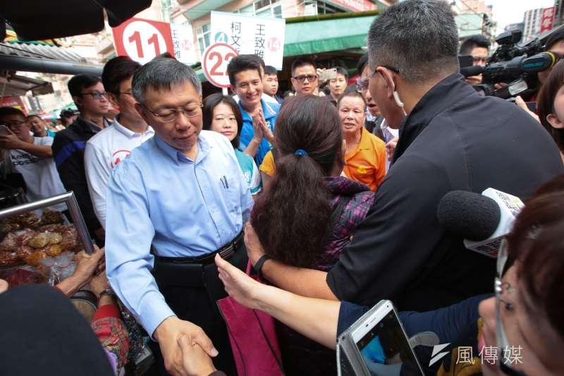 20181116-台北市長柯文哲16日一早至臨江市場掃街拜票,民眾於途中嗆聲重陽敬老金問題,遭警方勸離。(顏麟宇攝)