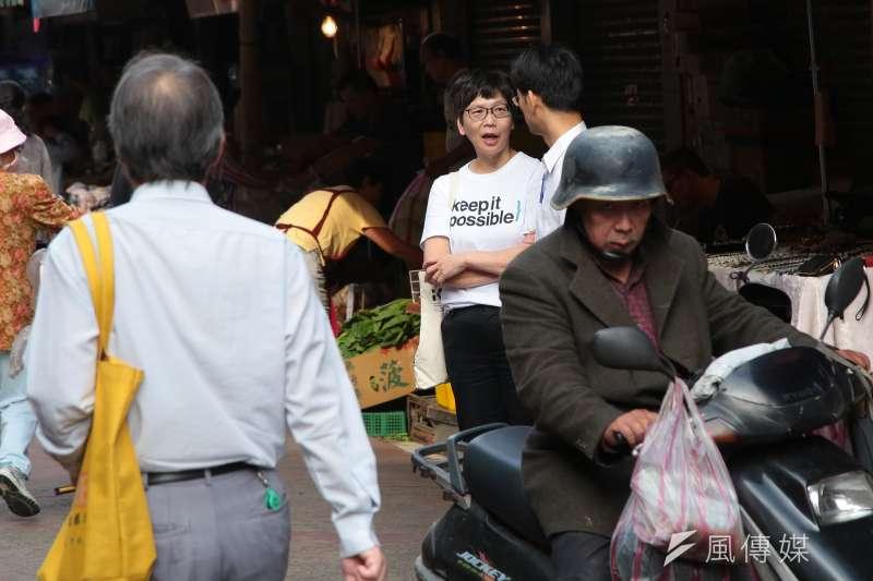 20181116-台北市長柯文哲16日一早至臨江市場掃街拜票,北市府顧問蔡壁如也出現在市場。(顏麟宇攝)
