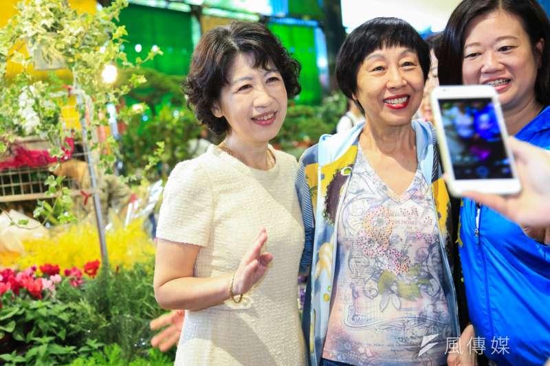針對指揮官陳時中日前說,疫苗量足夠,是地方打太快的言論,台北市長柯文哲妻子陳佩琪(圖左)31日於臉書發文表示,「早點說嘛,規定基層施打要限制人數,這樣每天就能早點脫掉N95了。」(資料照,簡必丞攝)