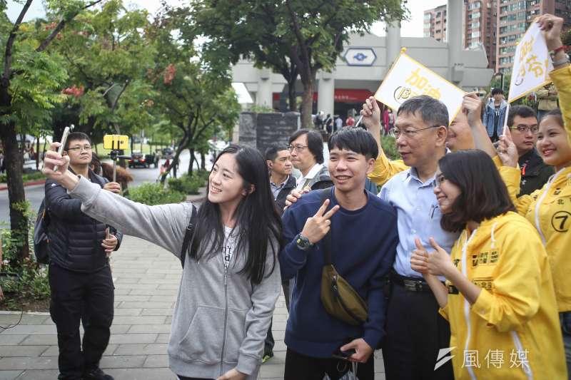 2018117-台北市長柯文哲偕時代力量議員參選人黃郁芬北投掃街,沿途民眾爭相與柯文哲自拍。(陳品佑攝)