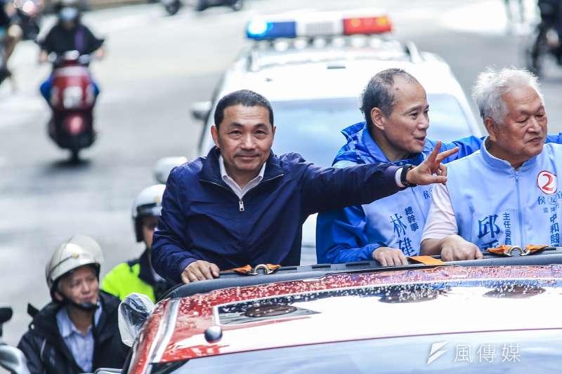 國民黨新北市長候選人侯友宜(左一)於11月14日發布專訪影片,當中公然提及民調數字,遭對手蘇貞昌陣營質疑違反《選罷法》。(資料照,簡必丞攝)