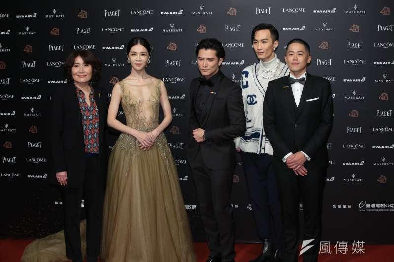 《誰先愛上他的》導演徐譽庭、許智彥和演員邱澤、謝盈萱,以及製作電影音樂的李英宏一起走紅毯。(圖/顏麟宇攝)