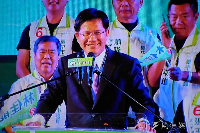 台中市長林佳龍今(17)日晚間在太平區舉行「我們都是台中隊-光榮晚會」,現場湧入3萬名支持者,林佳龍短短一百多公尺進場走了快十分鐘。(林瑋豐攝)