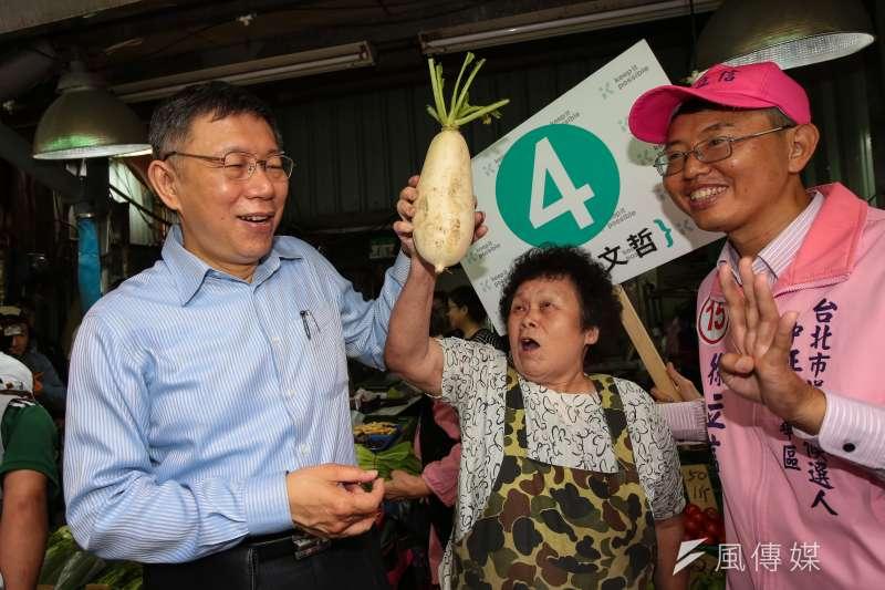 20181117-台北市長柯文哲17日至萬華雙和市場掃街拜票,巧遇同鄉攤商送上菜頭祝高票當選。(顏麟宇攝)