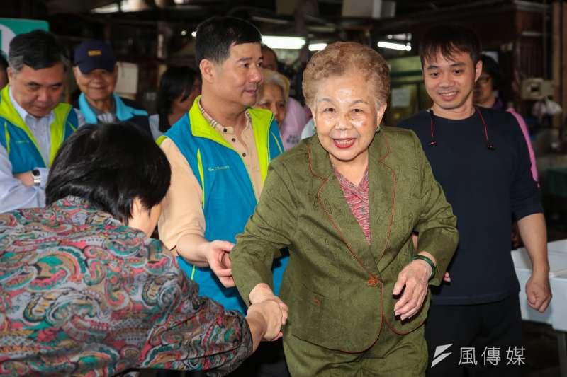 選前黃金周,台北市長柯文哲媽媽徐瑞英也到萬華市場為兒子掃街拜票。(顏麟宇攝)