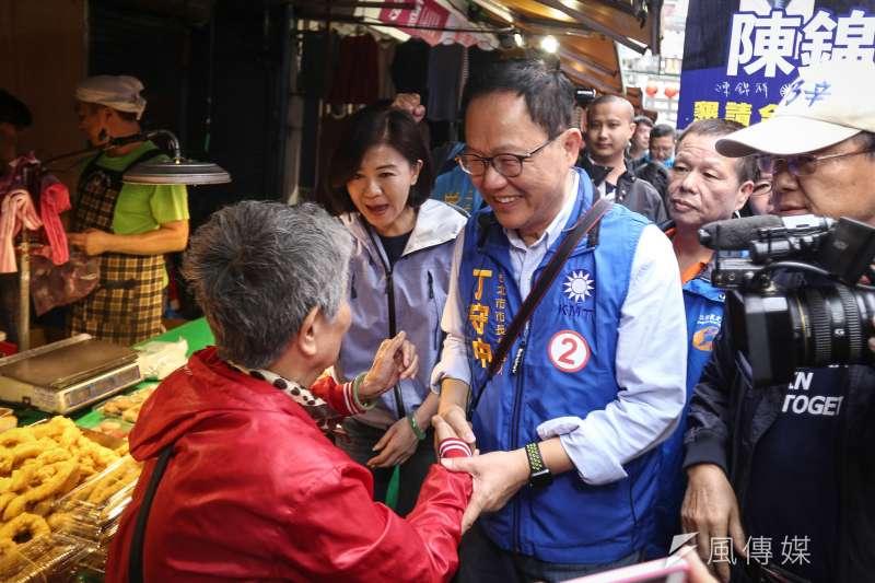 國民黨台北市長參選人丁守中今(17)赴臨江市場掃街,更重炮猛批對手柯文哲喜歡說大話、做秀。(陳品佑攝)