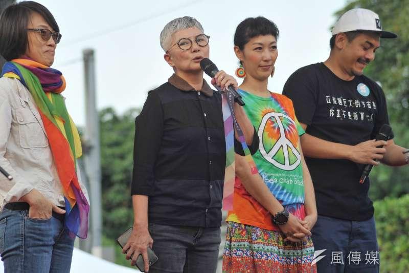 知名影視人李烈(左二)上台致詞時表示,她今天想對所有不在現場的人們喊話,不管理不理解、認不認同同志,基於對人類權利平等的需求,11月24日投票日都能站出來支持婚姻平權。(甘岱民攝)