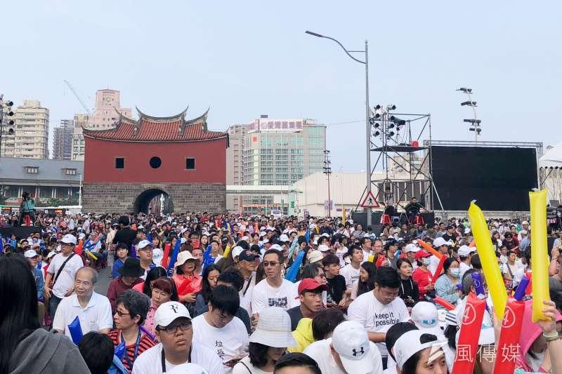 20181118_台北市長候選人柯文哲下午在北門廣場舉辦「光榮城市」園遊會,晚間將舉行晚會,主辦單位宣布,下午4點20分現場民眾突破萬人。(方炳超攝)