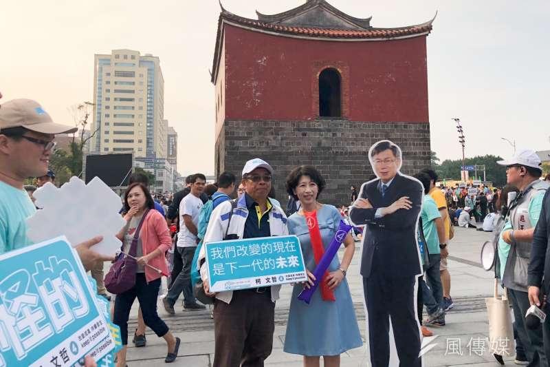 台北市長候選人柯文哲下午舉辦「光榮城市」園遊會,柯文哲妻子陳佩琪(前中)與民眾在北門前合影。(方炳超攝)