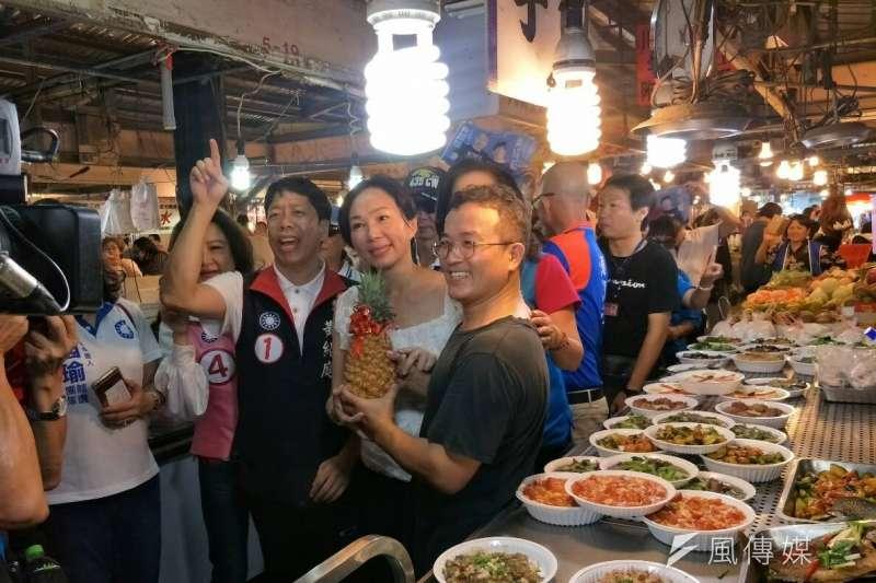 韓國瑜的太太李佳芬(前右二)到黃昏市場替韓國瑜拜票,與熱情民眾合照。(周怡孜攝)