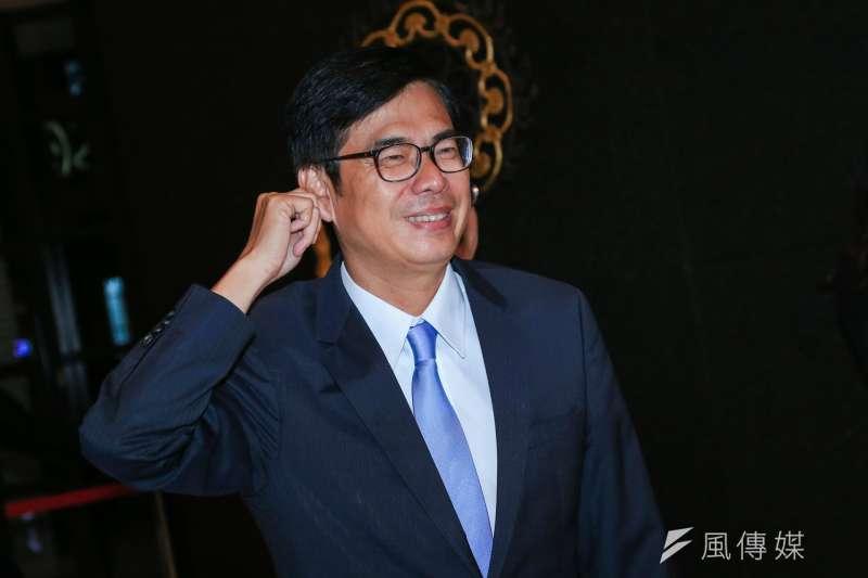 高雄市長候選人陳其邁、韓國瑜電視辯論會19日晚間登場,陳其邁步入會場時,幽默地拉拉耳朵給現場記者看,表示自己並沒有戴耳機。(簡必丞攝)