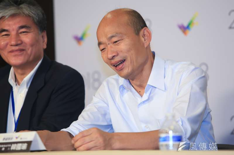 高雄市長韓國瑜輕鬆也能「雙盤腿」,骨科醫生表示能促進代謝、增加免疫力。(資料照,簡必丞攝)