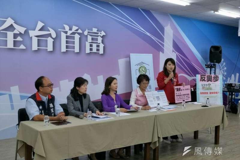 國民黨高雄市黨部今(20)日上午召開「奧步,抓到了」記者會,痛批網路上竟出現「暗殺」國民黨候選人韓國瑜的言論。(周怡孜攝)