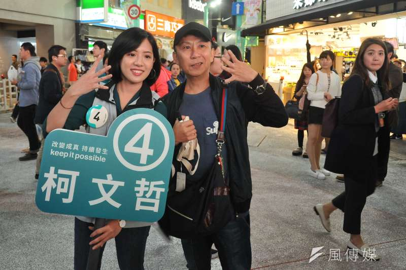 20181120-台北市長柯文哲到西門町商圈掃街,民眾與「學姊」黃瀞瑩合影。(甘岱民攝)