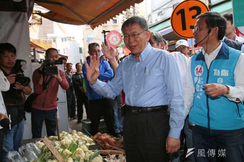 20181120-台北市長柯文哲20日在市議員候選人陳政忠陪同下,至士林市場掃街拜票。(顏麟宇攝)