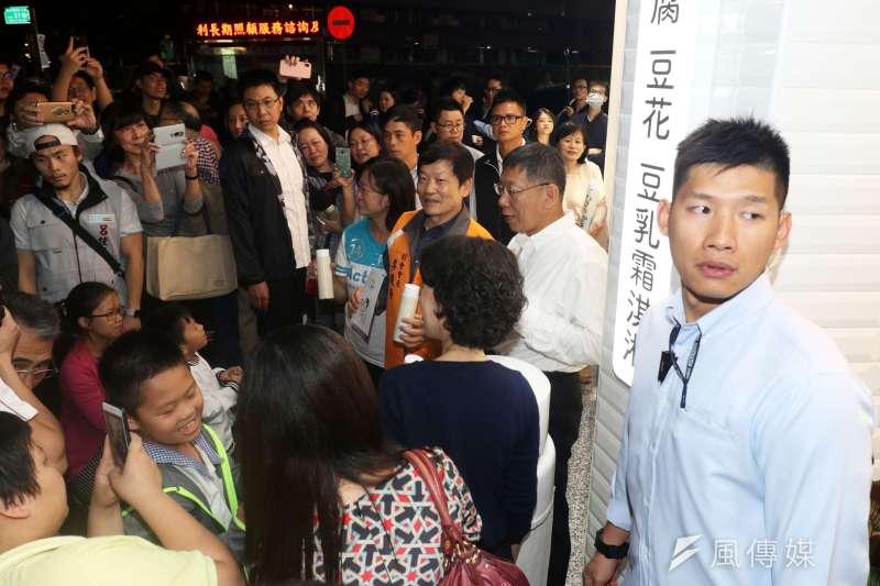特勤警員(右)選舉期間脫下特勤服,穿起襯衫擔綱台北市長柯文哲安全護衛的重責。(蘇仲泓攝)