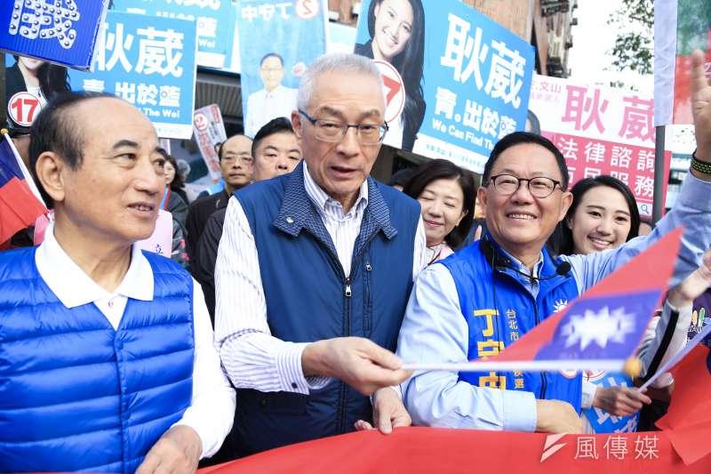 20181120-國民黨台北市長候選人丁守中(右)20日上午在黨主席吳敦義(中)陪同下,前往和平復興路口拜票。(簡必承攝)