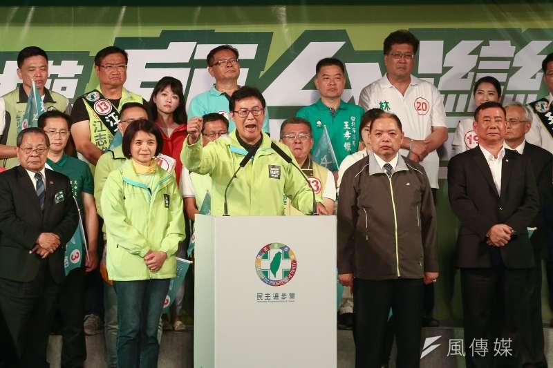 姚文智在「改革不回頭,鬥陣顧台灣」台北市造勢晚會表示「一位美美的市議員在我講話時偷偷走掉」,被認為是在影射高嘉瑜。(資料照,陳品佑攝)