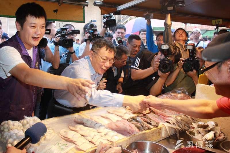 20181121-選戰倒數,台北市長柯文哲上午在自強市場後拜票,再轉往北投市場掃街時,熱情和攤商互動拉票。(方炳超攝)