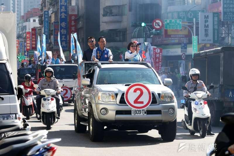 220181121-選戰倒數,國民黨台北市長候選人丁守中21日以車隊掃街方式進行拜票,隨扈緊跟在丁身後進行維安工作。(蘇仲泓攝)