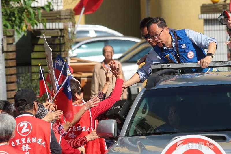 選戰倒數,國民黨台北市長候選人丁守中21日上午自和平西路競選總部出發後,首站來到中正萬華以車隊方式掃街拉票,徒中和熱情支持者握手。(顏麟宇攝)
