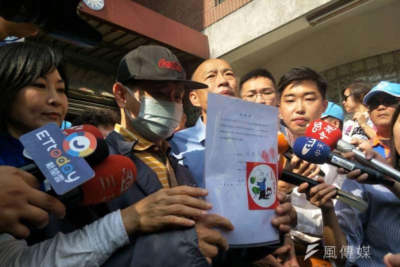 網路上近日流傳一則「暗殺韓國瑜」的言論,以及國民黨買票傳聞。直指國民黨高雄市長候選人韓國瑜賄選的網友林宥成,21日上午親自出面道歉,並遞出一份道歉書。(周怡孜攝)