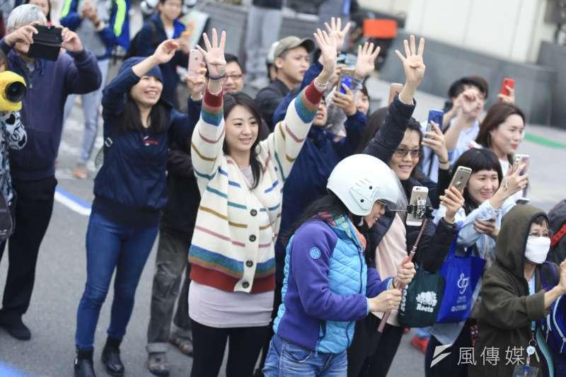 20181122-台北市長柯文哲22日舉辦車隊掃街,途中有支持者亦有抗議的民眾。(簡必丞攝)