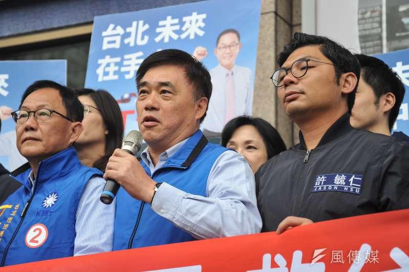 前台北市長郝龍斌賣力呼籲青年返鄉投票,說到激動處時口誤喊「記得『買票』、返鄉投票!」,經旁人提醒才改口「買車票」。(甘岱民攝)