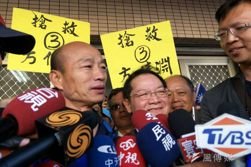 選戰倒數2天,國民黨高雄市長候選人韓國瑜今(22)日到岡山橋頭,但一早現場出現了一位神秘嘉賓,引起民眾一陣騷動。原來是「寶島歌王」葉啟田,也到達現場力挺韓國瑜。(周怡孜攝)
