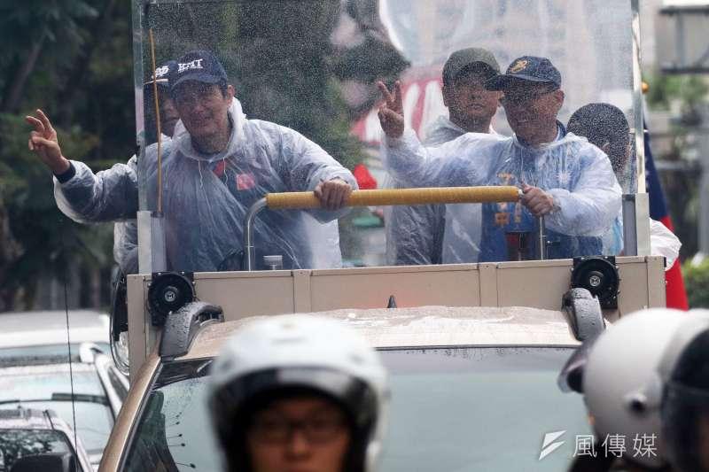 選戰將至,前總統馬英九陪同國民黨台北市長候選人丁守中22日展開車隊掃街,表示丁守中的選情持續改善中。(蘇仲泓攝)