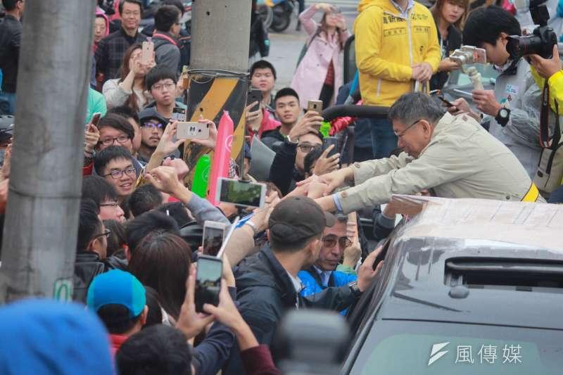 20181123-選前之夜持續車隊掃街,台北市長柯文哲前進東區拉票,不少民眾湧上街頭,與柯文哲合照擊掌。(方炳超攝)