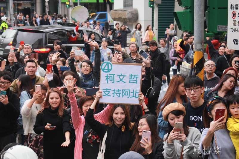 20181123-台北市長柯文哲23日下午由南港出發,前進東區拉票,選前之夜前持續車隊掃街,許多熱情支持者手持標語,表達力挺。(方炳超攝)