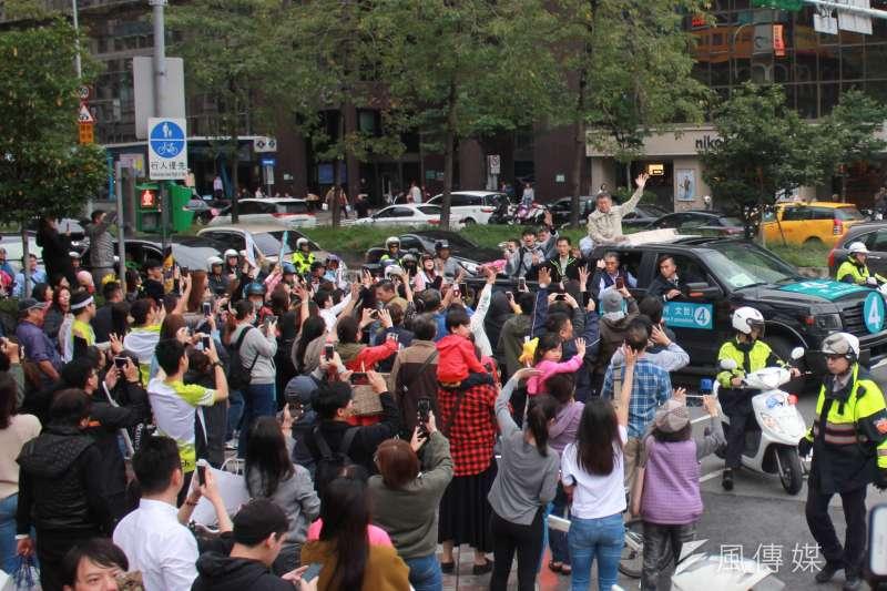 20181123-台北市長柯文哲23日下午由南港出發,前進東區拉票,選前之夜前持續車隊掃街,許多熱情支持者湧上街頭,想與柯文哲擊掌。(方炳超攝)