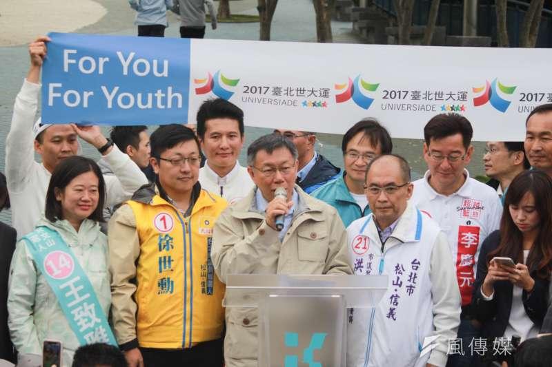 20181123-台北市長柯文哲23日下午由南港出發,前進東區拉票,選前之夜前持續車隊掃街,也在經過台北田徑場時發表短暫演說。(方炳超攝)