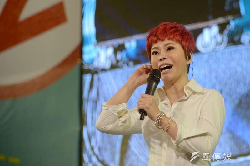 民進黨高雄市長候選人陳其邁23日晚間舉辦造勢晚會,金曲歌后詹雅雯再度登台獻唱。(甘岱民攝)