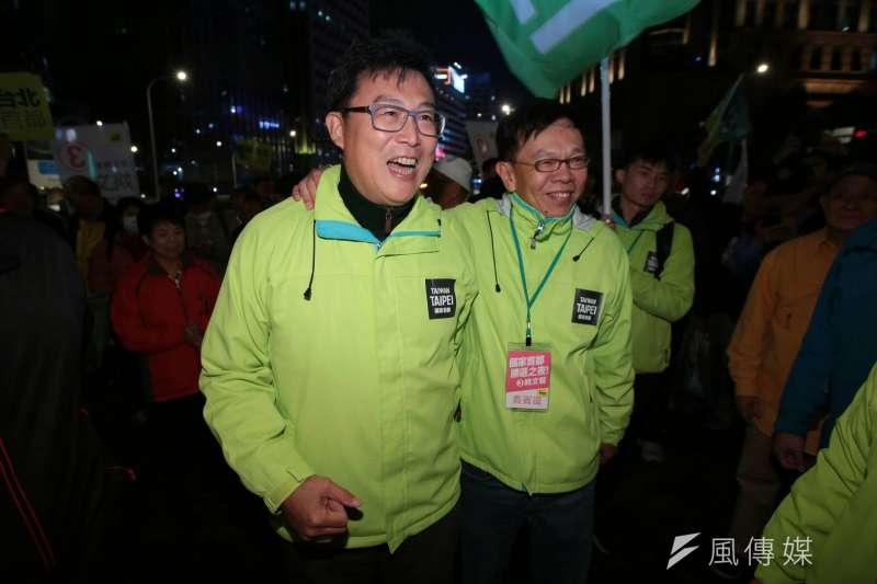 民進黨台北市長候選人姚文智和助選大將姚人多在選前之夜進場。(顏麟宇攝)