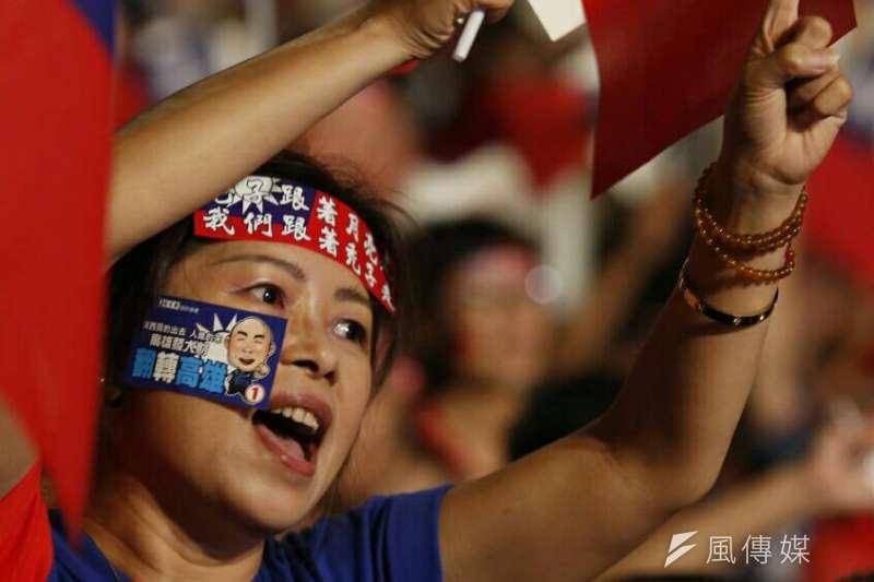 20181123-國民黨高雄市長候選人韓國瑜23日晚間舉辦選前之夜造勢晚會,支持者揮舞國旗情緒沸騰。(新新聞林瑞慶攝)