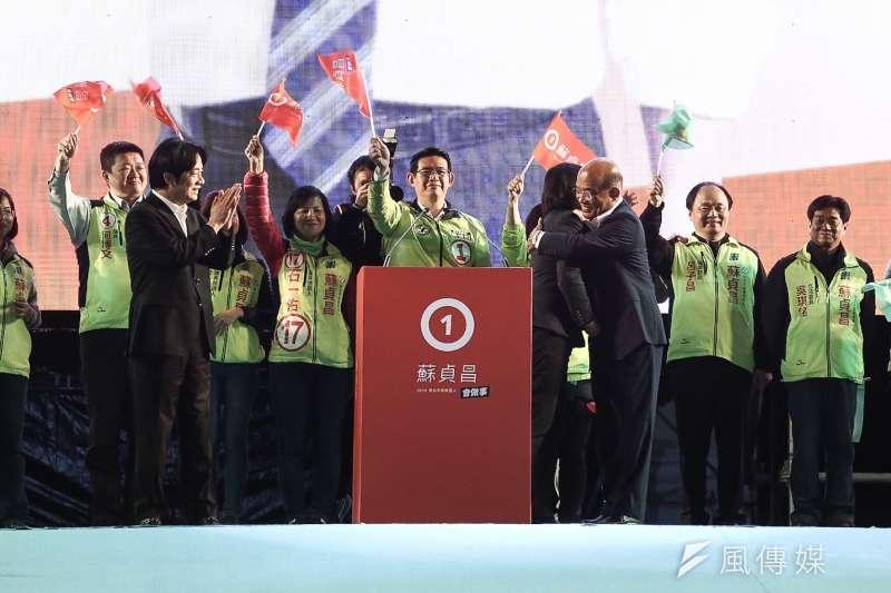 民進黨新北市長候選人蘇貞昌舉行選前造勢晚會,總統蔡英文與蘇貞昌擁抱,化解多年心結。(陳品佑攝)