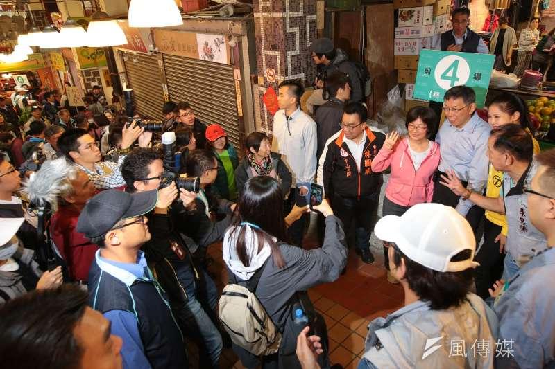 20181123-台北市長柯文哲23日至松江市場掃街拜票,民眾排隊要求合影。(顏麟宇攝)