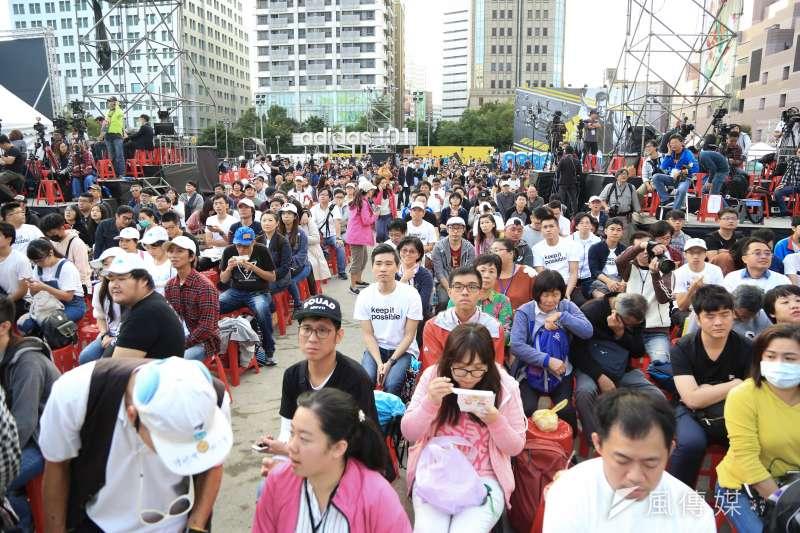 台北市長候選人柯文哲,24日晚間繼續在昨天選前之夜的四四南村旁停車場舉辦開票之夜,在4時開始開票起,現場已逐漸聚集民眾。(簡必丞攝)