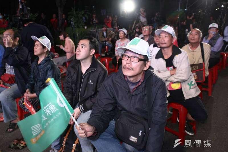 民進黨候選人蘇貞昌在板橋區縣民大道、民權路口舉辦開票之夜,場面緊張。(蔡親傑攝)