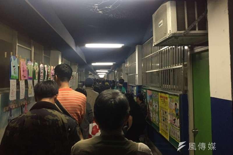 20181124-九合一選舉下午16時結束,仍有部分投開票所尚未消化完投票民眾。圖為台北市松山區三民里的投票所,截至晚間6時仍有民眾在排隊。(李承祐攝)