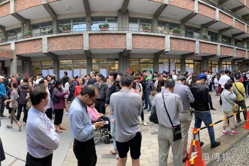 中選會無能讓投票民眾大排長龍,圖為文山區投票所在下午三點之後仍大排長龍。(呂紹煒攝)